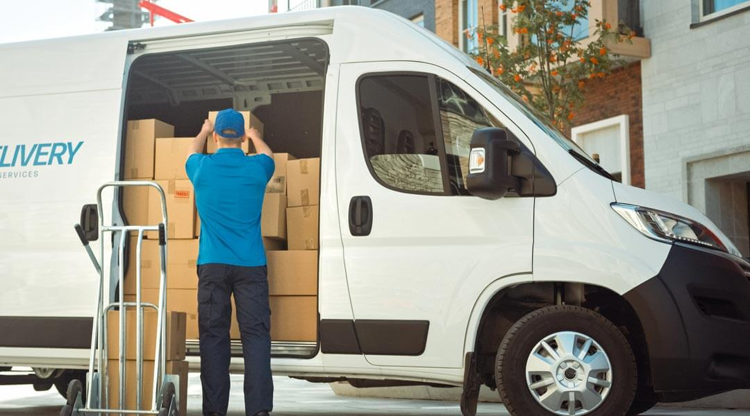 Finanzierter Lieferwagen der Pakete ausliefert vom Autohaus Wülpern