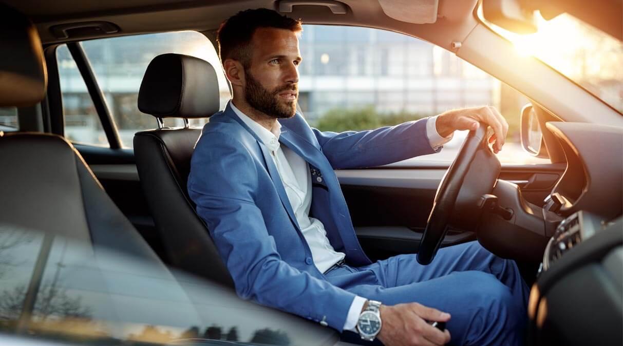 Geschäftsmann im Leasing Auto vom Autohaus Wülpern unterwegs