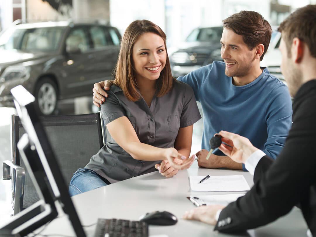 Schlüsselübergabe im Autohaus Wülpern bei der Finanzierung und dem Leasing